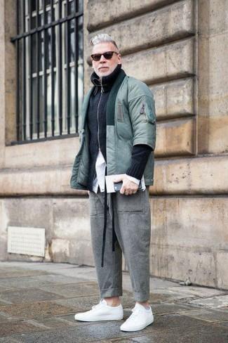 Cómo combinar: pantalón chino de lana gris, camisa de vestir blanca, jersey con cremallera negro, cazadora de aviador en verde menta