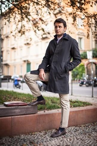 Combinar un jersey con cremallera azul marino: Opta por un jersey con cremallera azul marino y un pantalón chino en beige para un look diario sin parecer demasiado arreglada. ¿Te sientes valiente? Completa tu atuendo con mocasín con borlas de cuero en marrón oscuro.
