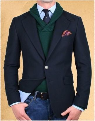 Cómo combinar: vaqueros azules, camisa de vestir celeste, jersey con cuello chal verde oscuro, blazer negro