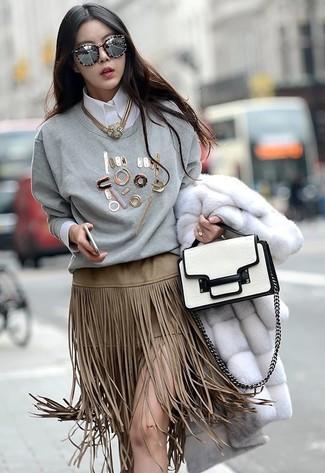 6e556389a Look de moda: Falda lápiz de ante сon flecos en beige, Camisa de ...