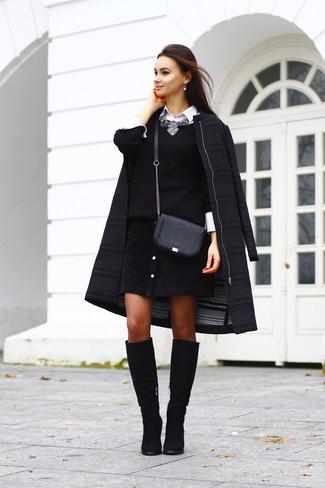 Combinar un collar plateado: Considera emparejar un abrigo negro junto a un collar plateado para un look agradable de fin de semana. Elige un par de botas de caña alta de ante negras para mostrar tu lado fashionista.