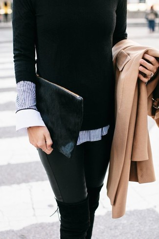 Cómo combinar: vaqueros pitillo de cuero negros, camisa de vestir de rayas verticales azul, jersey con cuello circular negro, abrigo marrón claro