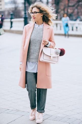Cómo combinar: pantalones anchos de lana grises, camisa de vestir de rayas verticales en blanco y azul marino, jersey con cuello circular gris, abrigo rosado