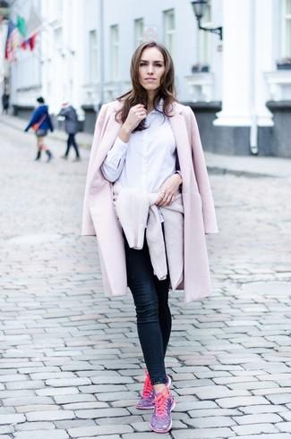 Cómo combinar: vaqueros pitillo azul marino, camisa de vestir blanca, jersey con cuello circular en beige, abrigo rosado