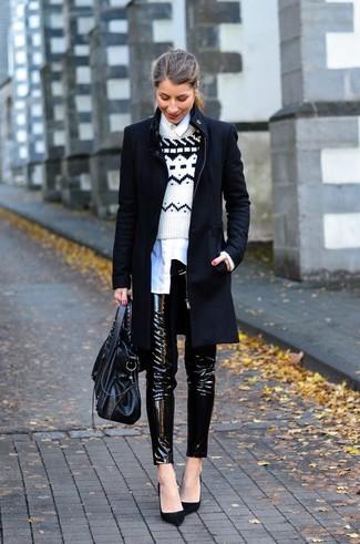 Cómo combinar: pantalones pitillo de cuero negros, camisa de vestir blanca, jersey con cuello circular de grecas alpinos en blanco y negro, abrigo negro