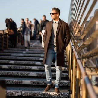 Cómo combinar: vaqueros pitillo celestes, camisa de vestir blanca, jersey con cuello circular gris, abrigo largo marrón