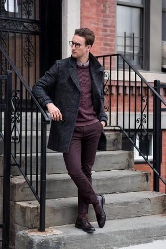 Combinar unos zapatos derby de cuero burdeos: Si buscas un estilo adecuado y a la moda, intenta combinar un abrigo largo de tartán en gris oscuro junto a un pantalón chino burdeos. ¿Te sientes valiente? Opta por un par de zapatos derby de cuero burdeos.