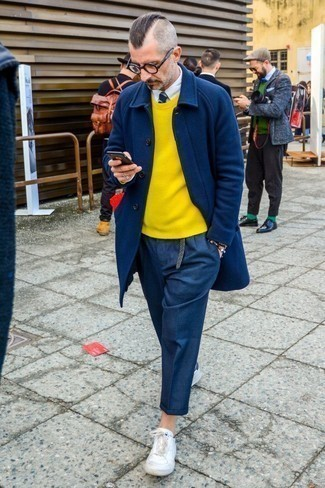 Combinar una corbata: Emparejar un abrigo largo azul marino junto a una corbata es una opción inigualable para una apariencia clásica y refinada. ¿Quieres elegir un zapato informal? Usa un par de tenis de cuero blancos para el día.