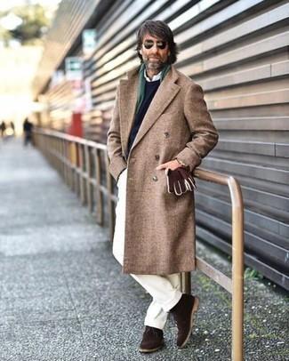 Combinar una bufanda verde oscuro: Para un atuendo tan cómodo como tu sillón opta por un abrigo largo marrón y una bufanda verde oscuro. ¿Te sientes valiente? Complementa tu atuendo con botas safari de ante en marrón oscuro.