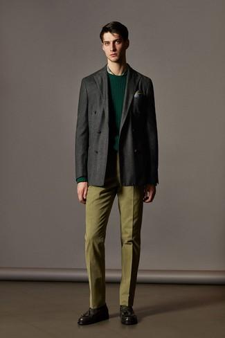 Cómo combinar: pantalón de vestir verde oliva, camisa de vestir de tartán verde, jersey con cuello circular verde oscuro, blazer cruzado de lana en gris oscuro