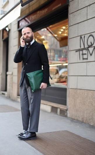 Combinar un blazer cruzado azul marino: Intenta combinar un blazer cruzado azul marino con un pantalón de vestir gris para un perfil clásico y refinado. ¿Quieres elegir un zapato informal? Elige un par de zapatos derby de cuero negros para el día.
