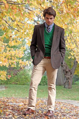 Cómo combinar: pantalón chino marrón claro, camisa de vestir celeste, jersey con cuello circular verde, blazer de tartán en marrón oscuro