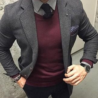 Cómo combinar: pantalón chino negro, camisa de vestir de cuadro vichy en blanco y negro, jersey con cuello circular burdeos, blazer de lana en gris oscuro
