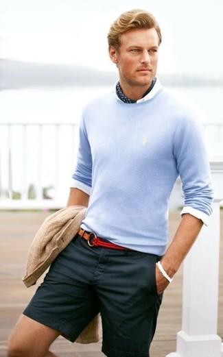 Cómo combinar: pantalones cortos azul marino, camisa de vestir blanca, jersey con cuello circular celeste, blazer de algodón de punto en beige