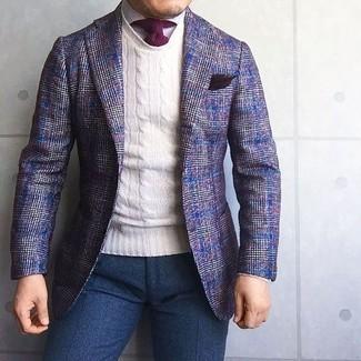 Cómo combinar: pantalón de vestir de lana azul marino, camisa de vestir blanca, jersey con cuello circular blanco, blazer de lana de tartán en violeta
