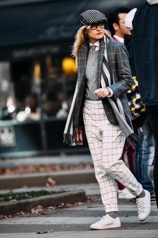 Combinar una corbata: Emparejar un blazer de lana a cuadros en gris oscuro con una corbata es una opción buena para el fin de semana. Tenis de cuero blancos son una opción inmejorable para complementar tu atuendo.