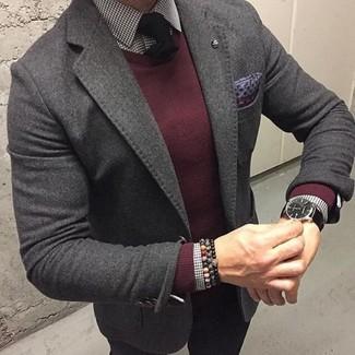 Cómo combinar un jersey con cuello circular burdeos: Ponte un jersey con cuello circular burdeos y un pantalón chino negro para conseguir una apariencia relajada pero elegante.