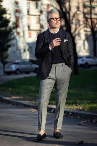 Cómo combinar: pantalón de vestir de lana gris, camisa de vestir blanca, jersey con cuello circular negro, blazer negro