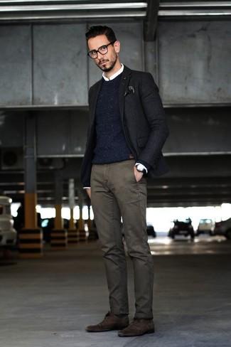 Cómo combinar: pantalón chino en gris oscuro, camisa de vestir blanca, jersey con cuello circular de punto azul marino, blazer negro