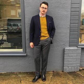 Cómo combinar: pantalón de vestir de lana en gris oscuro, camisa de vestir blanca, jersey con cuello circular mostaza, blazer azul marino