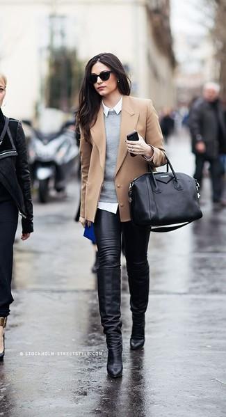 Cómo combinar: vaqueros pitillo de cuero negros, camisa de vestir blanca, jersey con cuello circular gris, blazer de lana marrón claro