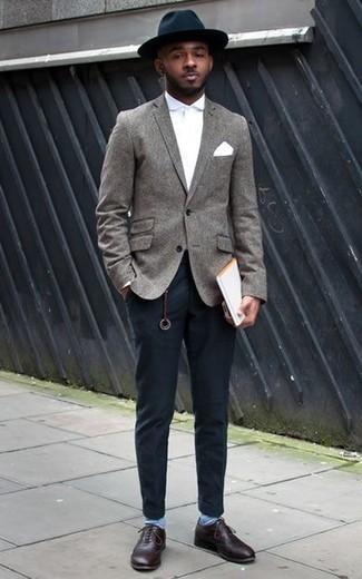 Combinar unos calcetines celestes: Elige un blazer de lana gris y unos calcetines celestes para un look agradable de fin de semana. Con el calzado, sé más clásico y usa un par de zapatos oxford de cuero burdeos.