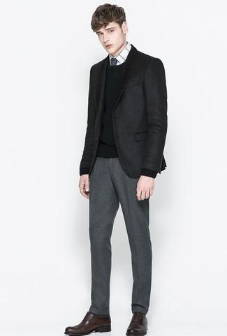 Combinar unos zapatos oxford de cuero en marrón oscuro: Usa un blazer de tartán negro y un pantalón de vestir gris para un perfil clásico y refinado. Con el calzado, sé más clásico y haz zapatos oxford de cuero en marrón oscuro tu calzado.