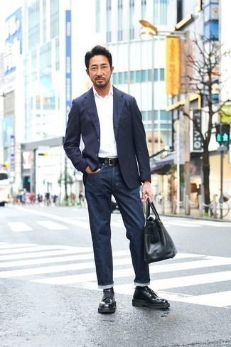 Combinar una bolsa tote de cuero negra: Para un atuendo tan cómodo como tu sillón utiliza un blazer azul marino y una bolsa tote de cuero negra. ¿Te sientes valiente? Opta por un par de zapatos derby de cuero gruesos negros.