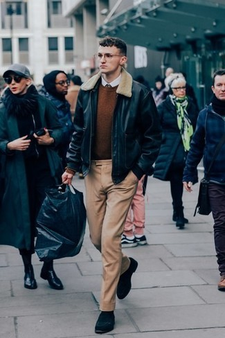 Combinar un jersey con cuello circular marrón: Haz de un jersey con cuello circular marrón y un pantalón de vestir marrón claro tu atuendo para una apariencia clásica y elegante. Mocasín de ante negro son una opción incomparable para completar este atuendo.
