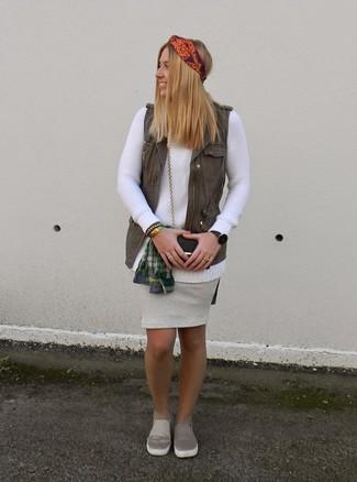 Cómo combinar: falda lápiz de cuero gris, camisa de vestir de tartán verde oscuro, jersey con cuello circular blanco, chaleco verde oliva