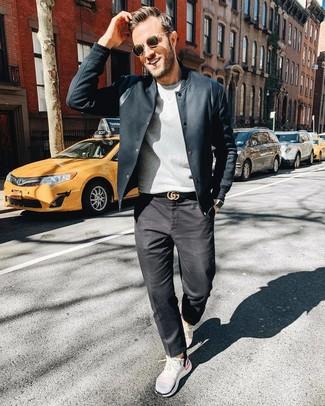Combinar una camisa de vestir de rayas verticales en blanco y negro: Haz de una camisa de vestir de rayas verticales en blanco y negro y unos vaqueros en gris oscuro tu atuendo para las 8 horas. ¿Quieres elegir un zapato informal? Complementa tu atuendo con náuticos de cuero en marrón oscuro para el día.