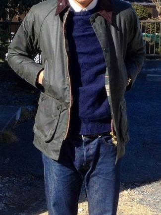 Cómo combinar: vaqueros azul marino, camisa de vestir blanca, jersey con cuello circular azul marino, chaqueta con cuello y botones negra