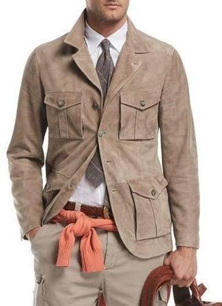 Cómo combinar: pantalón cargo en beige, camisa de vestir blanca, jersey con cuello circular naranja, chaqueta estilo camisa de ante marrón claro