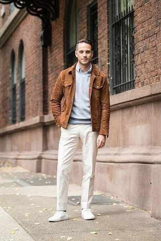 Combinar una chaqueta estilo camisa de ante en tabaco: Empareja una chaqueta estilo camisa de ante en tabaco con un pantalón de vestir blanco para un perfil clásico y refinado. ¿Quieres elegir un zapato informal? Elige un par de tenis de lona blancos para el día.