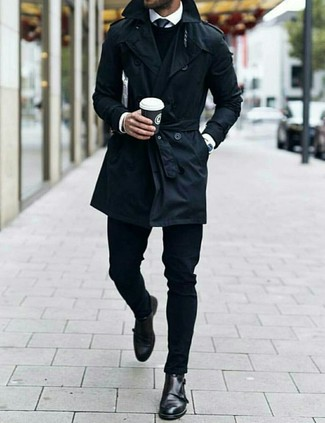 Combinar un reloj plateado: Emparejar una gabardina negra con un reloj plateado es una opción estupenda para el fin de semana. Elige un par de zapatos con doble hebilla de cuero negros para mostrar tu inteligencia sartorial.