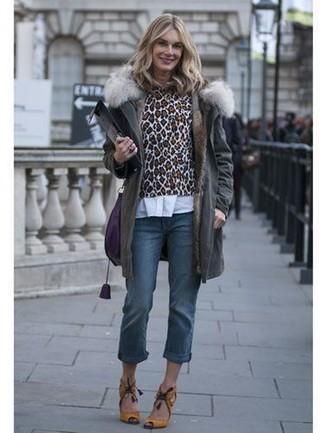 Cómo combinar: vaqueros azules, camisa de vestir blanca, jersey con cuello circular de leopardo marrón, parka en gris oscuro