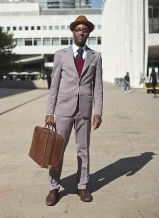 Combinar un sombrero de lana marrón: Para un atuendo que esté lleno de caracter y personalidad utiliza un traje gris y un sombrero de lana marrón.