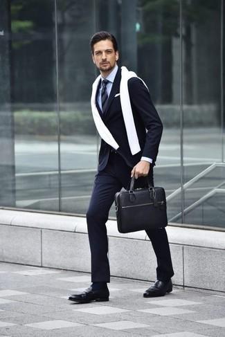 Combinar un pañuelo de bolsillo blanco: Utiliza un traje de rayas verticales azul marino y un pañuelo de bolsillo blanco para una vestimenta cómoda que queda muy bien junta. Con el calzado, sé más clásico y complementa tu atuendo con mocasín de cuero negro.