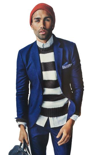 Cómo combinar: bolsa de viaje de cuero azul marino, camisa de vestir de rayas verticales celeste, jersey con cuello circular de rayas horizontales en blanco y negro, traje de lana azul