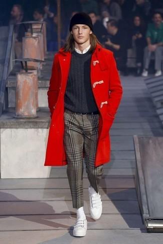 Cómo combinar: pantalón de vestir de espiguilla marrón, camisa de vestir blanca, jersey con cuello circular en gris oscuro, trenca roja