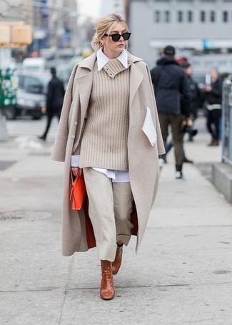 Cómo combinar: falda pantalón en beige, camisa de vestir blanca, jersey con cuello vuelto holgado en beige, abrigo en beige
