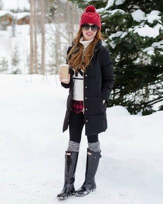 Cómo combinar: leggings negros, camisa de vestir de tartán en rojo y negro, jersey de cuello alto estampado en blanco y negro, abrigo de plumón negro