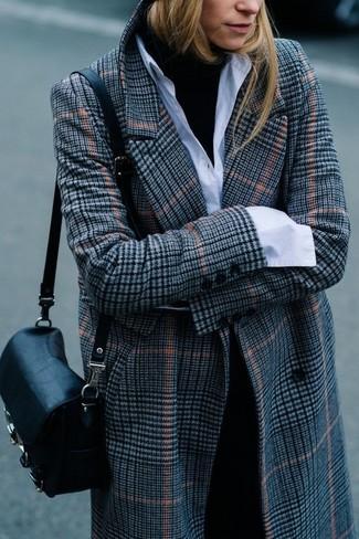 Combinar un abrigo de tartán gris: Usa un abrigo de tartán gris y un pantalón de vestir negro para un lindo look para el trabajo.