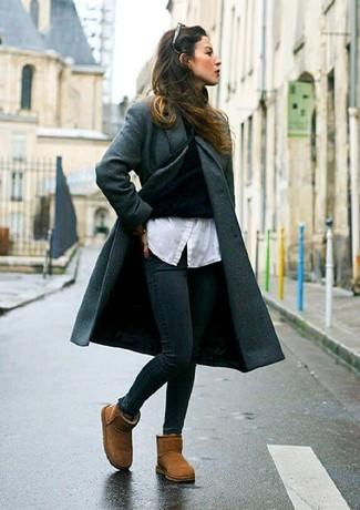 Cómo combinar: vaqueros pitillo negros, camisa de vestir blanca, jersey de cuello alto negro, abrigo en gris oscuro