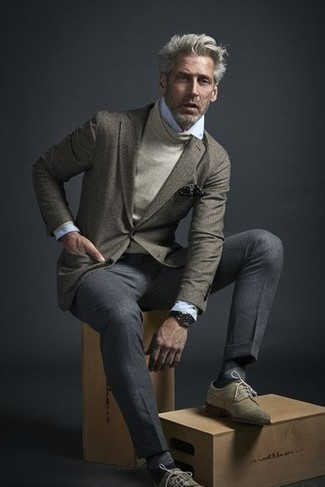 Combinar un pañuelo de bolsillo a lunares en negro y blanco: Considera emparejar un blazer gris junto a un pañuelo de bolsillo a lunares en negro y blanco para un look agradable de fin de semana. Elige un par de zapatos brogue de ante en beige para mostrar tu inteligencia sartorial.