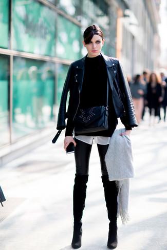 Cómo combinar: leggings de cuero negros, camisa de vestir de seda blanca, jersey de cuello alto negro, chaqueta motera de cuero negra