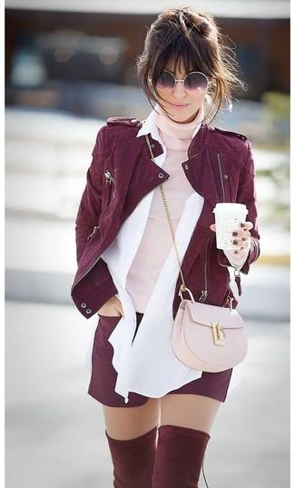 Cómo combinar: pantalones cortos burdeos, camisa de vestir blanca, jersey de cuello alto rosado, chaqueta motera de ante burdeos