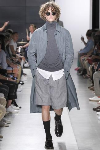Cómo combinar: pantalones cortos grises, camisa de vestir blanca, jersey de cuello alto gris, chubasquero gris