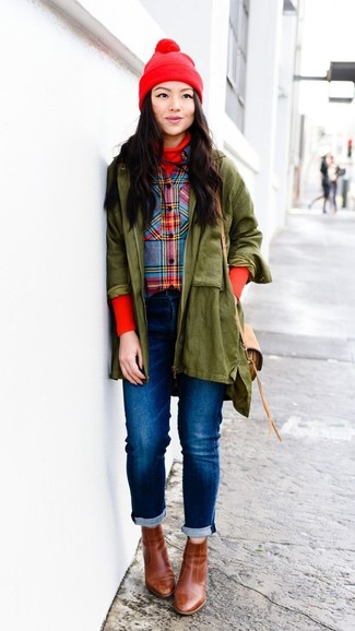 Cómo combinar: vaqueros azules, camisa de vestir de tartán en multicolor, jersey de cuello alto rojo, parka verde oliva