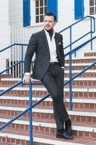 Combinar un mocasín con borlas de cuero negro: Usa un traje en gris oscuro y un jersey de cuello alto en gris oscuro para un perfil clásico y refinado. Un par de mocasín con borlas de cuero negro se integra perfectamente con diversos looks.